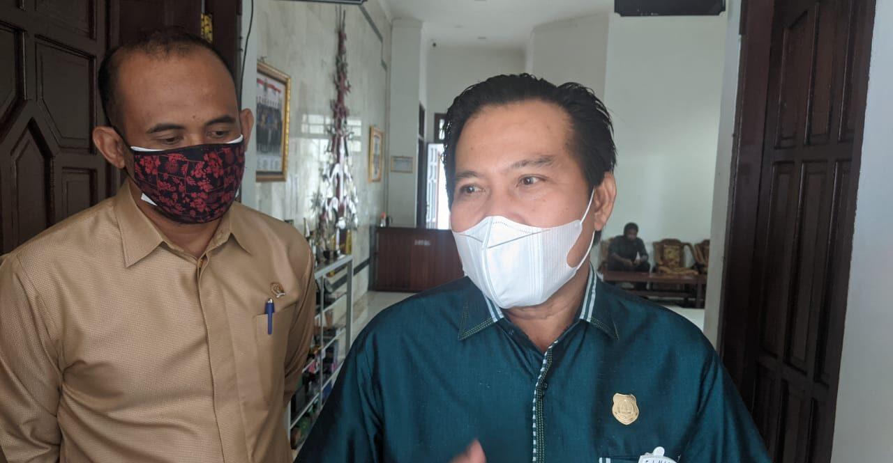 MENJELASKAN: Anggota DPRD Kabupaten Kapuas, Algrin Gasan (kanan) dan Bendi, saat berikan keterangan kepada pers, belum lama ini.GALIH/KALTENG.CO