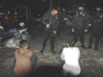 TERCIDUK: Dua pemuda dimankan tim Raimas Samapta Polda Kalteng karena mambawa 1 bungkus pil obat keras, Rabu malam (7/4).DENAR/KALTENG POS