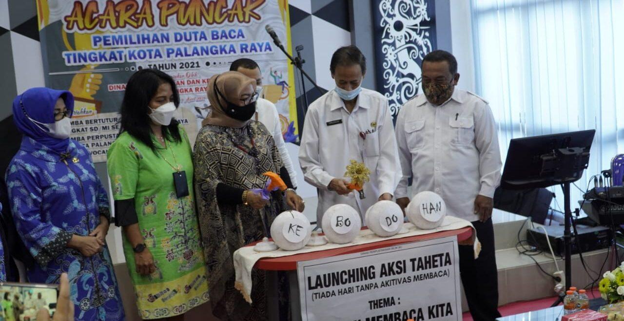 PELUNCURAN: Kepala Dispursip Kota Palangka Raya Norma Hikmah saat me-launching inovasi Gerbang Membaca, Rabu (7/4).FOTO:HUMAS