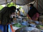 TETAP BUKA: Pedagang takjil melayani pembeli di Kompleks Pasar Kahayan Jalan Tjilik Riwut Km 1,2.DENAR/KALTENG.CO