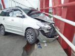 Mobil Innova menabrak jembatan