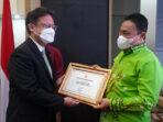 Bupati Pulang Pisau Edy Pratowo menerima sertifikat eliminasi malaria