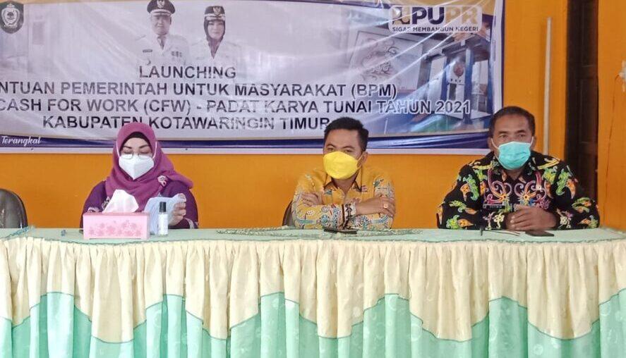 HADIRI: Anggota Komisi III DPRD Kabupaten Kotim Riskon Fabiansyah (tengah) saat menghadiri launching bantun pemerintah untuk masyarakat Cash For Work (CFW) di Kelurahan Ketapang, Kamis (29/4/2021).
