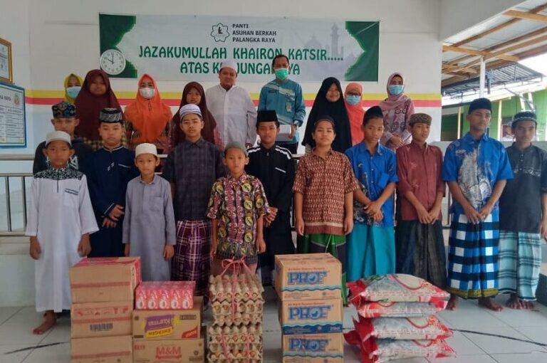 KEBERSAMAAN: Kepala Dinas Pendidikan Kota Palangka Raya H Akhmad Fauliansyah (baju hijau) bersama dengan anak-anak Panti Asuhan Berkah usai menyerahkan bantuan, Kamis (29/4/2021).FOTO:DINAS PENDIDIKAN
