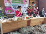 BAKTI SOSIAL : Bupati Bartim Ampera AY Mebas dan Sekda Panahan Moetar beserta jajaran dalam bakti sosial pengobatan gratis di Desa Kalamus, Kecamatan Paku, Sabtu (10/4) lalu.FOTO ADC BUPATI BARTIM