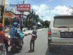 PENGAMEN: Salah seorang anak sedang mengamen di lampu merah jalan A.Yani Sampit, Senin (5/4)