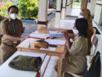 UJIAN SEKOLAH: Kadisdik Pendidikan Kabupaten Kapuas Dr H Suwarno Muriyat didampingi Kabid Pembinaan Ketenagaan M Ali Hanafiah berdialog dengan guru SMPN 2 Selat pada rangkaian pelaksanaan Ujian Sekolah Luar Jaringan, belum lama ini.FOTO HUMAS