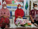 MENYIMAK: Ketua TP PKK Pulang Pisau Nunu Andriani Pratowo didampingi Kepala DPMD Pulang Pisau Deni Widanarni dan Sekretaris DPPPAP2KB Kabupaten Pulang Pisau Ma'ruf Kurkhi saat mengikuti webinar Peringatan Hari Kartini ke-142 tingkat Provinsi Kalteng, kemarin (29/4/2021).FOTO:ART
