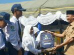 DUKUNG PENDIDIKAN : Bupati Sukamara Windu Subagio menyerahkan bantuan paket belajar kepada sejumlah siswa di Kabupaten Sukamara, sebelum pandemi Covid-19. RUSLAN/ KALTENG.CO