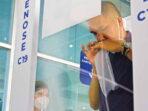 DETEKSI DINI: Seorang penumpang pesawat menjalani pemeriksaan Covid-19 menggunakan alat GeNose di Bandara Tjilik Riwut, Senin (26/4/2021). FOTO:DENAR