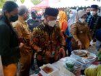 PASAR RAMADAN: Bupati Kabupaten Kotim H Halikinnor didampingi istri serta wakil Bupati Irawati saat bertransaksi di salah satu stan Pasar Ramadan, Selasa sore (13/4/2021) .FOTO:BAHRI