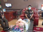 SERIUS: Kajari Bartim Daniel Panannangan didampingi Kasi Pidus Angga Wijaya menyampaikan perkara penanganan korupsi Dana Jampersal, Senin (10/5).foto:LOGMAN/KALTENG POS