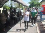 MENYAPA: Wali Kota Palangka Raya Fairid Naparin (baju putih) saat menyapa calon penerima vaksin pada kegiatan gebyar vaksinasi massal di GPU Palampang Tarung, Minggu (23/5/2021).FOTO:PATHUR / KALTENG POS