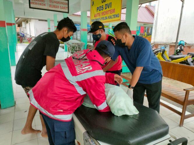 MENINGGAL: Petugas Damkar Kobar mengangkat jenazah Bocah 9 tahun yang meninggal akibat masuk kedalaman selokan, Selasa (25/5/2021).DAMKAR KOBAR