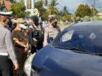 SERIUS: Kapolres Bartim AKBP Afandi Eka Putra ketika memantau kendaraan yang akan masuk wilayah Kabupaten Bartim, belum lama ini.FOTO:LOGMAN/ KALTENG POS