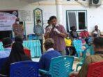 DUKUNG VAKSINASI: Wakil Bupati Sukamara, Ahmadi, menyosialisasikan program vaksinasi kepada kaum lansia di Kabupaten Sukamara, belum lama tadi.FOTO:HUMAS