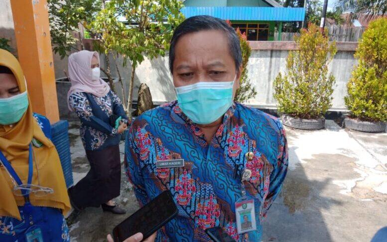 DIWAWANCARAI: Plt Kepala Dinas Kesehatan Kotim Umar Kaderi saat diwawancarai awak media beberapa hari lalu.FOTO:BAHRI
