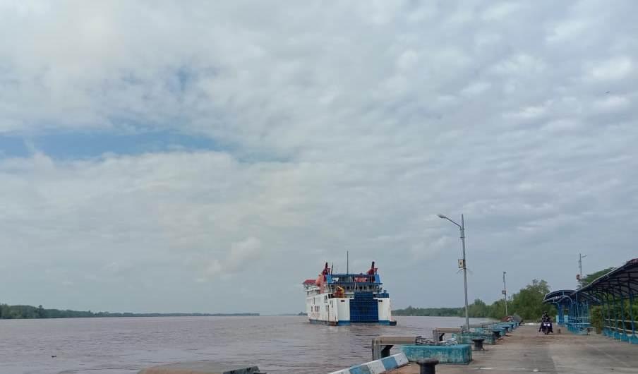 BERLAYAR: KMP Drajat Paciran bertolak dari pelabuhan Bahaur menuju Paciran, Lamongan, Jatim, Jumat (30/4) lalu.FOTO:SUPRIYADI