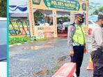 petugas mengecek pengendara yang melintasi pos penyekatan Kalteng-Kalsel di Pasar Panas, Bartim.