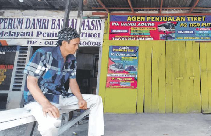 MENUNGGU PENUMPANG: Agen tiket angkutan tujuan Kalteng