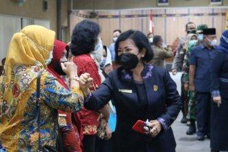 BERI SALAM : Ketua DPRD Kabupaten Kotim Dra.Rinie, kepada sejumlah kepala SOPD usai rapat paripurna belum lama ini.FOTO:BAHRI/ KALTENGPOS