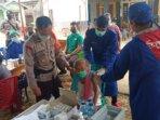PANTAU : Kapolsek Dusun Tengah Iptu Nurheriyanto mengawal pelaksanaan delivery vaksinasi lansia perdana di Desa Netampin./KAPOLSEK DUSUN TENGAH