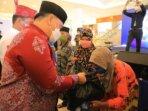 BANTUAN: Bupati Kotim, H Halikinnor menyerahkan sembako kepada lansia yang ikut vaksinasi di Citymall Sampit, Kamis (10/6/2021). /HUMAS