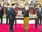 SELAMAT: Gubernur Kal-teng H Sugianto Sabran menerima predikat Wajar Tanpa Pengecualian (WTP) dari BPK RI Perwakilan Kalteng di saksikan kalang-an DPRD Kalteng, dalam Rapat Paripurna Istimewa Masa Persidangan II Tahun Sidang 2021, Selasa (29/6)