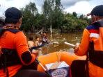 EVAKUASI: Petugas BPBD Lamandau menyisir permukiman warga di Desa Penopa, Kecamatan Lamandau guna melakukan evakuasi, Kamis (15/7/2021)./RUSLAN