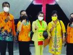 FOTO BERSAMA : Anggota Dewan Perwakilan Rakyat Daerah Gunung Mas Rayaniatie Djangkan (tengah), foto bersama panitia Sinode GKE, baru-baru ini. /DRPD GUMAS