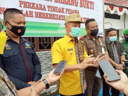 MENGIMBAU PBS : Bupati Gunung Mas Jaya Samaya Monong, (baju kuning) mengimbau agar peran aktif PBS dalam perbaikan jalan di wilayah Gunung Mas. /DISKOMINFOSANTIK