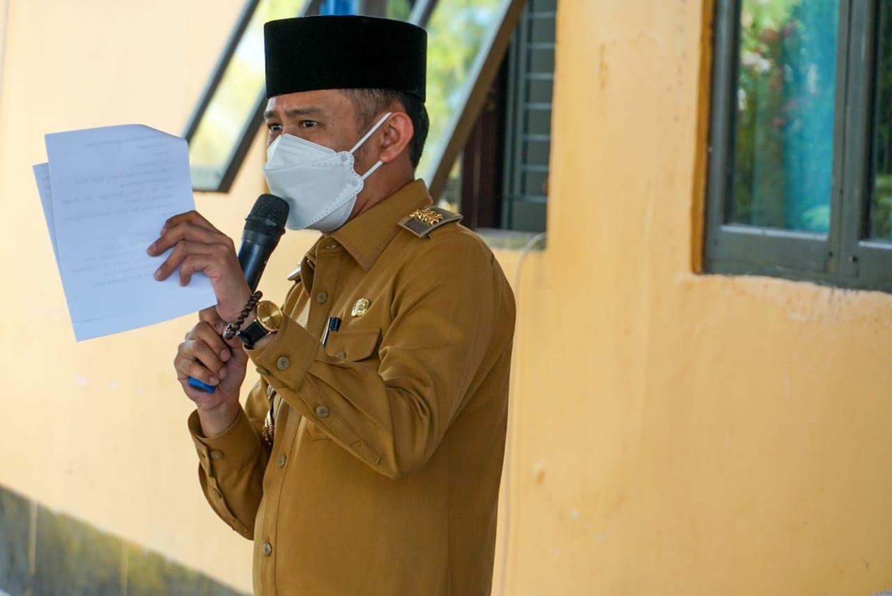 SAMBUTAN : Wali Kota Palangka Raya Fairid Naparin (pakai peci) menyampaikan sambutan pada penyerahan bantuan hewan kurban dalam rangka memperingati Idul Adha 1442 H. FOTO DISKOMINFO UNTUK KALTENG POS