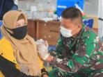 SUNTIK VAKSIN : Salah satu warga menerima vaksin tahap kedua di SMKN 1 Palangka Raya, Jumat (23/7/2021). KODIM 1016/PLK UNTUK KALTENG.CO