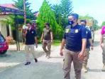 SOSIALISASI: Satpol PP Kabupaten Katingan mensosialisasikan surat pemberitahuan tentang PPKM di komplek pemukiman warga di wilayah Kota Kasongan./HUMAS SETDA