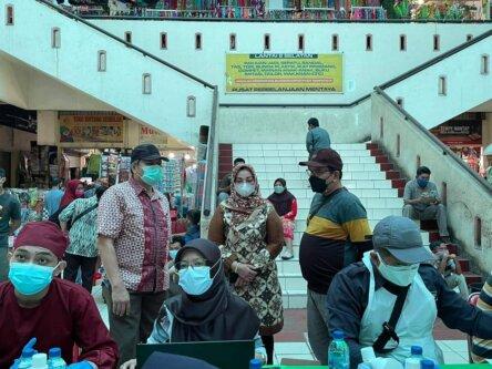 VAKSINASI: Plt Kadinkes Kotim, Umar Kaderi (kiri) mendampingi Wabup Kotim Irawati melihat proses vaksinasi yang digelar di PPM, Sabtu (9/7)./