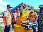 MENGECEK : Bupati Gunung Mas Jaya Samaya Monong saat mengecek portal pembatasan over dimention over loading di Desa Sepang Kota, Kecamatan Sepang, beberapa waktu lalu. /POPY