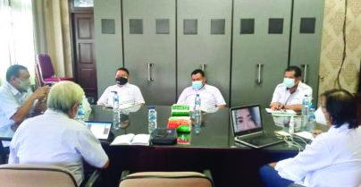 PIMPIN RAPAT : Sekretaris Daerah Kabupaten Gunung Mas Yansiterson saat memimpin rapat membahas retribusi di ruang kerja sekda lantai 2 kantor bupati setempat, Rabu (14/7/2021). /KOMINFOSANTIK GUMAS