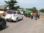 POS PENYEKATAN: Tim gabungan mengecek pengendara yang lewat di Desa Karang Mulya./PENREM 102/Pjg