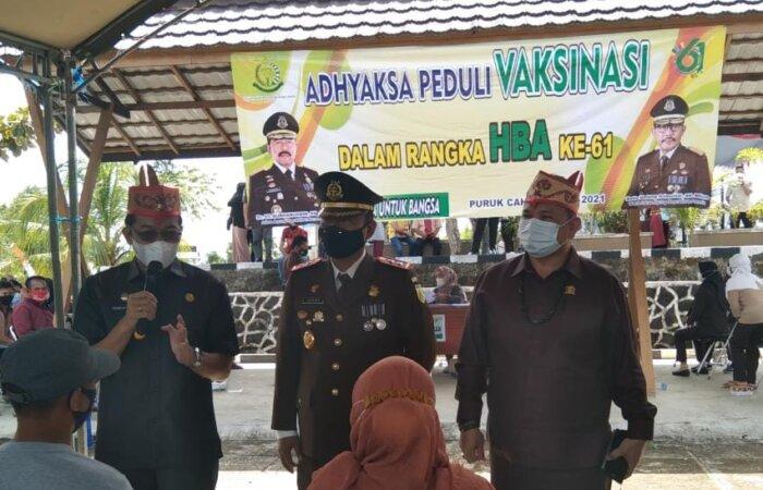 SAMPAIKAN EDUKASI: Bupati Mura, Perdie M Yoseph (dua dari kiri) bersama unsur Forkopimda Mura berdialog dengan warga disela kegiatan vaksin di Halaman Kantor Kejari Mura, pekan lalu./DADANG