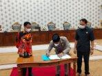 PENANDATANGANAN: Wakil Ketua I DPRD Kabupaten Katingan Nanang Suriansyah, ketika menandatangani persetujuan bersama penetapan rancangan Peraturan Daerah Pertanggung jawaban pelaksanaan APBD tahun 2020, beberapa waktu lalu./DPRD KATINGAN