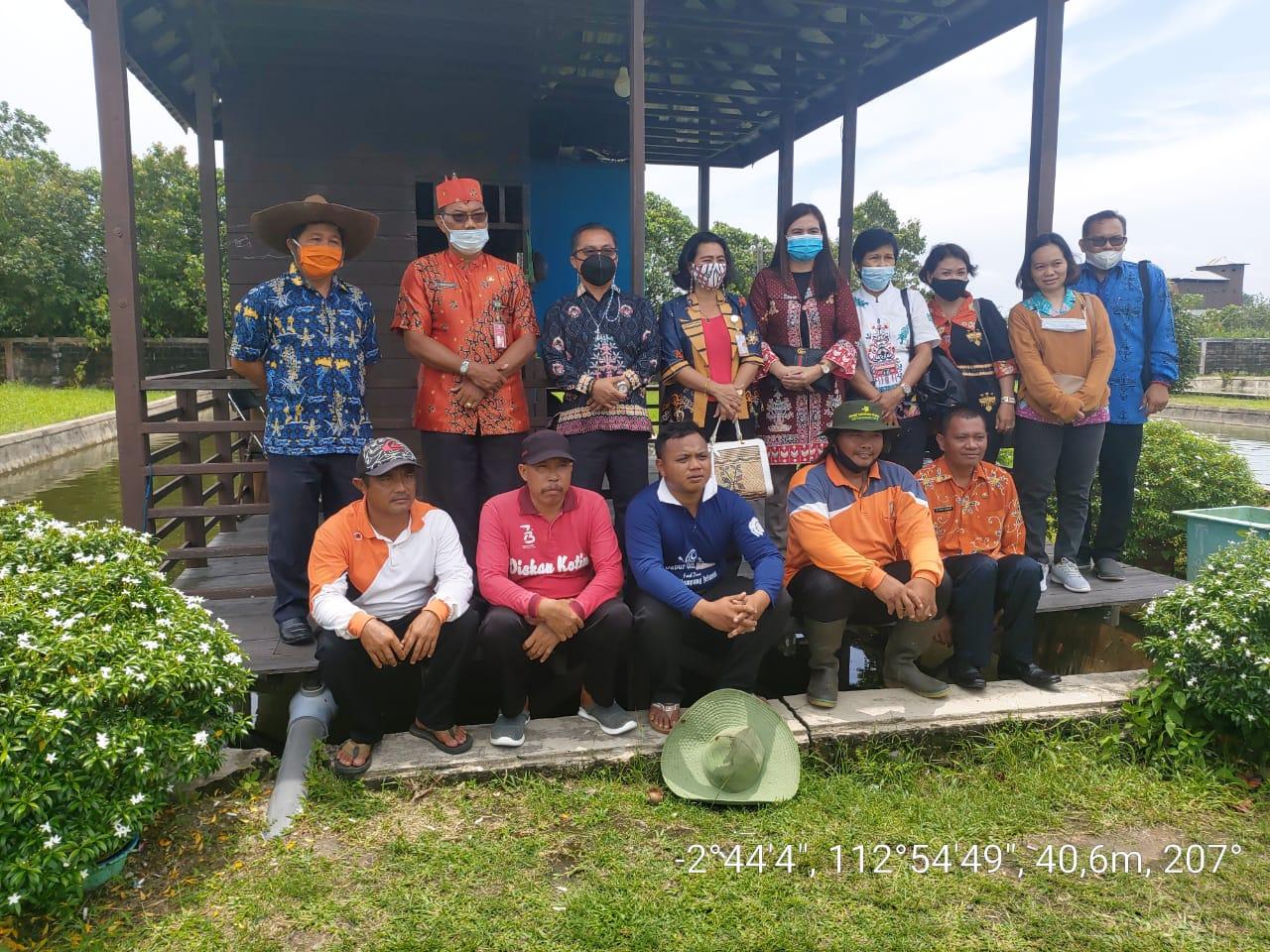 KUNJUNGAN : Anggota DPRD Gunung Mas, Rayaniatie Djangkan (memegang tas) berkunjung ke Dinas Perikanan dan Kelautan Kotim, belum lama ini./