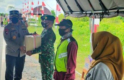 Serma Gaverson menerima bantuan masker dan logistik saat Kapolda Kalteng Irjen Pol. Dr. Dedi Prasetyo