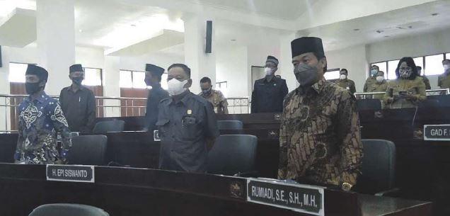 KEKOMPAKAN: Ketua Komisi I DPRD Mura, Rumiadi (kanan) bersama Anggota DPRD Mura lainnya mengikuti rapat paripurna dewan, baru-baru ini.