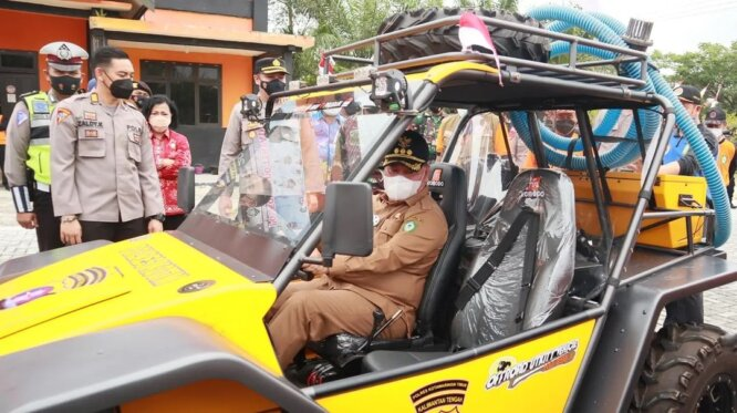 TEST DRIVE: Bupati Kotim, H Halikinnor mengecek mobil off road mini yang dijadikan sebagai kendaraan pemburu api tim pencegahan karhutla di daerah itu, belum lama ini.HUMAS