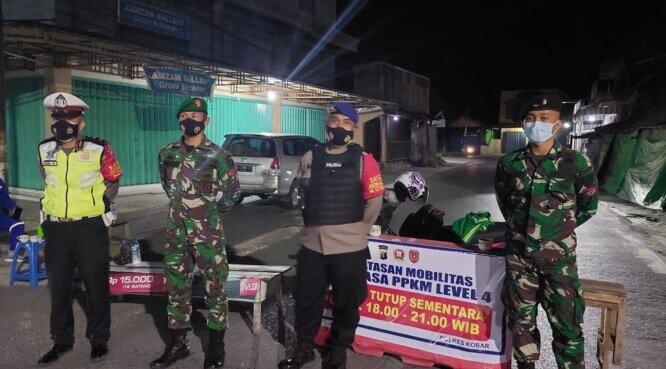 PENYEKATAN: Tim gabungan mulai melakukan penyekatan lokal di sejumlah ruas jalan di Pangkalan Bun./PENREM 102/Pjg