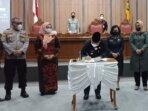 PENANDATANGAN: Bupati Kabupaten Kotim H Halikinnor menandatangani draf Perda protokol kesehatan, Kamis (29/7/2021)./BAHRI