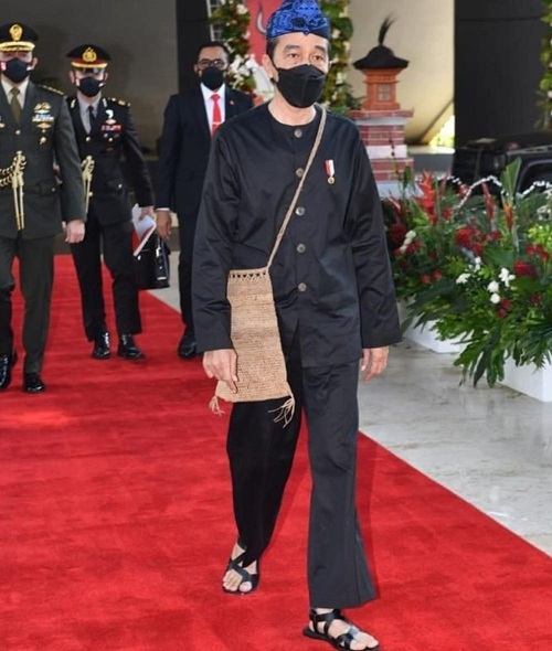 Presiden Jokowi yang tampil dengan menggenakan pakaian adat Baduy saat menghadiri sidang umum MPR RI pada Senin 16 Agustus 2021