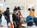 CEK DOKUMEN: Penumpang KMP Drajat Paciran menjalani pemeriksaan setelah sandar di Pelabuhan Bahaur, Minggu (1/8/2021).