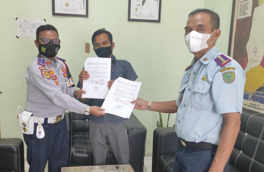 SUMBER PAD: Kepala Dishub Pulang Pisau Surpiyadi menyerahkankan kontrak parkir beberapa waktu lalu./SURYADI
