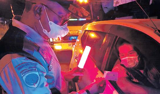 MEMERIKSA: Anggota Pos PPKM Tanjung Taruna saat melakukan pengecekan dokumen kesehatan terhadap kendaraan yang melintas di Jalan Mahir Mahar Tanjung Taruna, Jumat alam (13/8). Inzet: Jumat pagi, Kapolda Kalteng Irjen Pol Dedi Prasetyo memantau pos penyekatan.